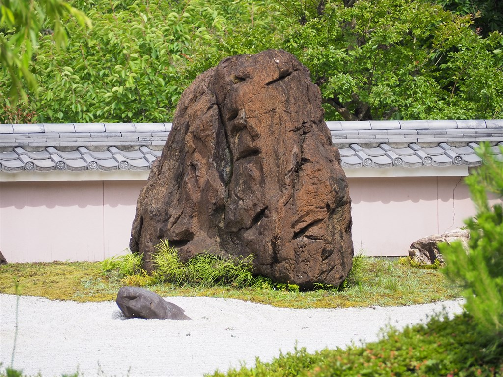動物に見立てたユニークな庭石、大原野にある「石の寺」正法寺