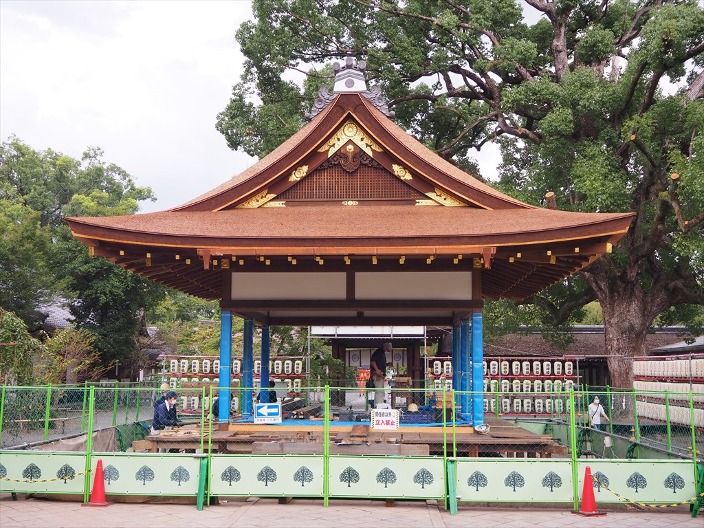 再建が進む平野神社の拝殿とムラサキシキブ