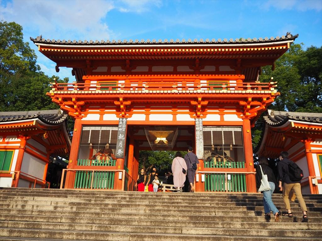 西日を受ける八坂神社